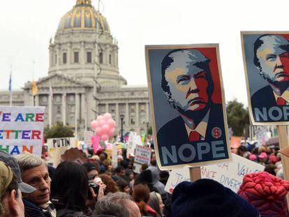 """Milhares de pessoas protestam no sábado contra Trump em Washington. Em vídeo, Kellyanne Conwway, assessora de Trump, defende o uso de """"fatos alternativos"""" para analisar a realidade."""