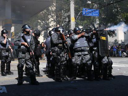 A polícia dispara contra os manifestantes na zona leste.