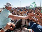 Cientos de personas reciben al el presidente de Brasil, Jair Bolsonaro, en la ciudad de Sao Raimundo Nonato, en su primer viaje dentro del país desde que se recuperó de la covid-19.