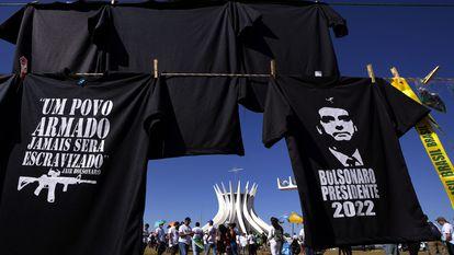Apoiadores de Bolsonaro se manifestam em 9 de julho, em Brasília, ao lado de camisetas alusivas ao presidente.