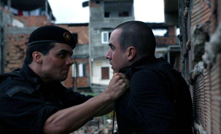 O ator Caio Junqueira (à esq.) contracenando com Wagner Moura em 'Tropa de Elite' (2007).