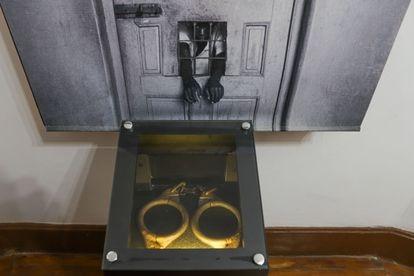 Algemas usadas para conter os internos, a maioria dos quais não era doente mental