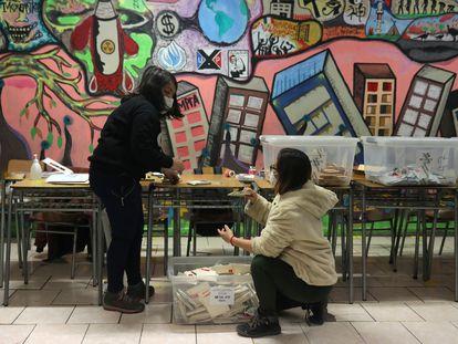 Mesárias contam os votos em Santiago no dia 16 de maio.