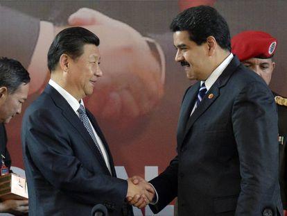 O presidente chinês, Xi Jinping, cumprimenta seu colega venezuelano, Nicolás Maduro.