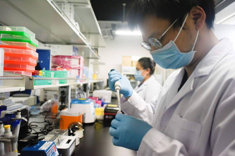 Pesquisadores da Universidade de Pequim realizam um teste com a vacina contra a covid-19.