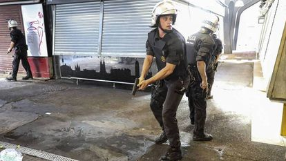 Policiais perseguem no mercado da Boqueria os autores do atentado de 17 de agosto de 2017