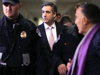 Cohen deixa o Comitê de Inteligência do Senado depois de prestar depoimento em 26 de fevereiro.