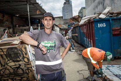 Gabriel Ortega descarrega sua coleta no ferro-velho