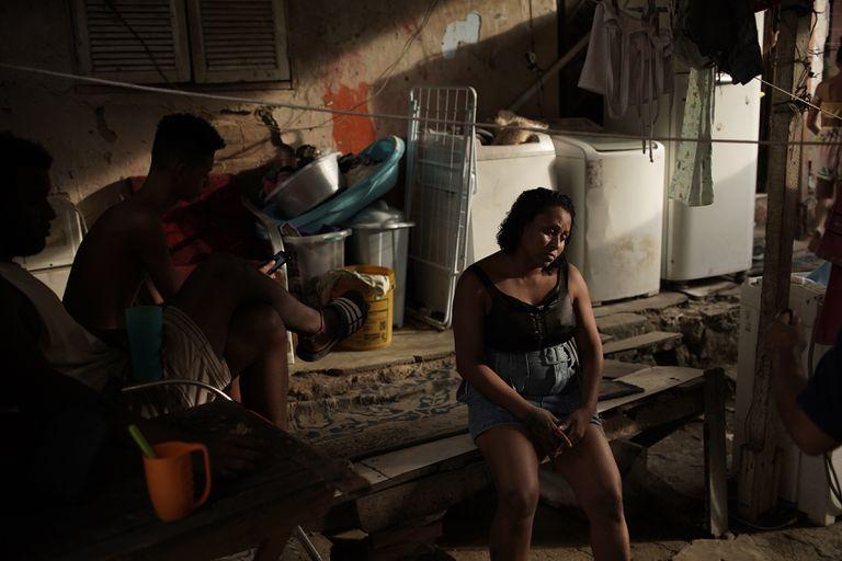 Manicure Leticia Machado, 31 anos, e com sete filhos, é fotografada em sua casa na favela do Turano, no Rio de Janeiro.