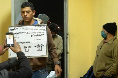 Imigrante é cadastrado antes de ter acesso ao abrigo da paróquia Santa María Goretti, em Monterrey, Nuevo León.