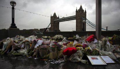 Buquês de flores, velas e mensagens deixados em homenagem às vítimas em Londres.