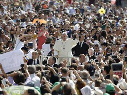 O Papa na Praça de São Pedro (Vaticano).