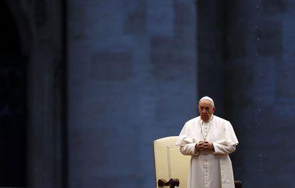 O Papa concede a bênção 'Urbi et Orbi' na Praça São Pedro vazia.
