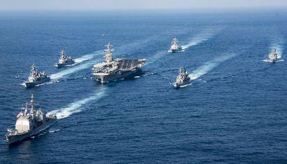 Grupo de combate, com o Carl Vinson no centro, em águas do Pacífico