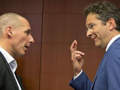 O ministro de Finanças grego, Yanis Varoufakis, com o presidente do Eurogrupo, Jeroen Dijsselbloem.