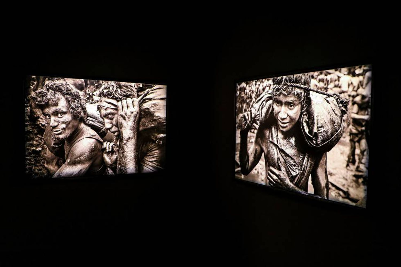 Imagens feitas por Sebastião Salgado e expostas em 'Gold - Mina de Serra Pelada'.