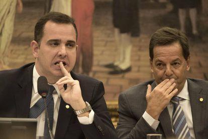 Rodrigo Pacheco (à esq.), presidente da CCJ, e o Sergio Zveiter, relator da denúncia contra Temer, na sessão desta segunda-feira.