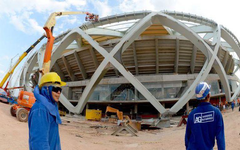 Operários na Arena Amazonas, em Manaus.
