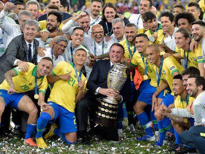 Bolsonaro posa com jogadores após a conquista da Copa América de 2019, no Maracanã.