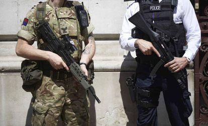 Um soldado e um policial britânicos numa imagem de arquivo.