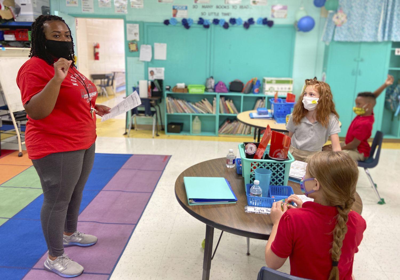 Uma classe do ensino fundamental em uma escola em Lauderdale, Mississippi, que voltou às aulas nesta semana.