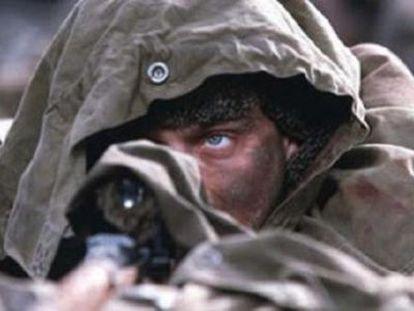 Jude Law, como Záitsev no filme Inimigo muito próximo.