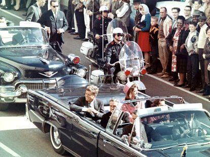 Imagem do presidente John Fitzgerald Kennedy segundos antes de ser assassinado em Dallas, em 22 de novembro de 1963. Em vídeo, trailer do documentário 'JFK revisited: through the looking glass'.