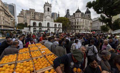 Produtores de frutas distribuem mercadoria grátis na Praça de Maio, em Buenos Aires, para reivindicar ajudas oficiais para o setor, na terça-feira, 23 de abril.