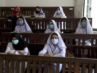 Estudantes  assistem aula em uma escola em Peshawar, Paquistão, nesta segunda-feira, 19 de abril de 2021. As autoridades paquistanesas reabriram escolas do 9º ao 12º ano, apesar de um aumento constante nas mortes e infecções pelo coronavírus.