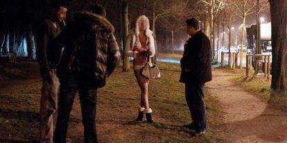 Agentes da polícia conversam com uma prostituta e um cliente durante uma operação, em março de 2012, em Paris.
