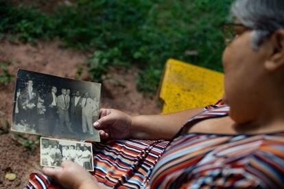 Rosa Cimiana  segura duas fotos com seu pai.