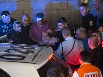 A polícia prende Raed Jalil Ben Mahmud, em Tel Aviv.