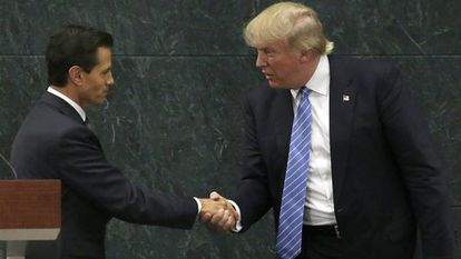 Peña Neto e Donald Trump se cumprimentam após reunião no México.