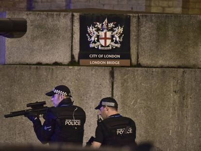 Agentes armados na London Bridge.