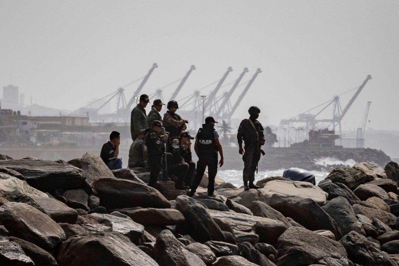 Agentes de segurança patrulham a costa de Macuto, em La Guaira (Venezuela), no domingo.