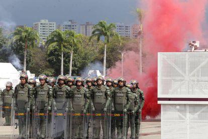 Um grupo de militares venezuelanos durante uma simulação de protestos em Caracas.