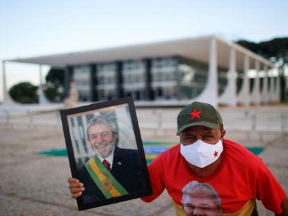 Apoiador de Lula posa em frente ao STF nesta quinta-feira.