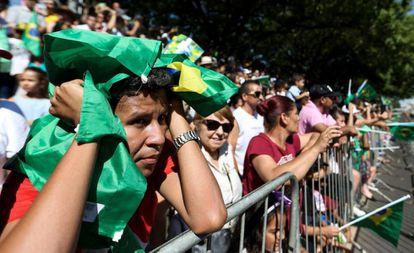 Público segue o desfile do 7 de Setembro na Esplanada dos Ministérios, em Brasília.