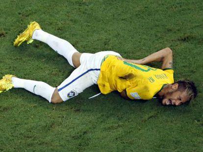 Neymar grita de dor após ser atingido pelo lateral colombiano Zúñiga.