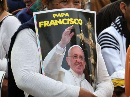 Mulher espera a passagem do Papa em Santa Cruz.