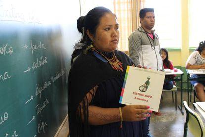 Os terenas chamam a mandioca de exetina xúpu. Na escola da aldeia, as crianças aprendem tudo sobre a raiz.