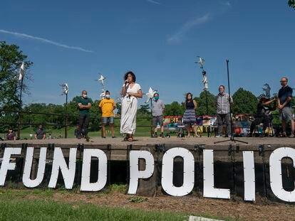 Alondra Cano, vereadora de Minneapolis, que pede redução da verba do Departamento de Polícia, em 7 de junho.