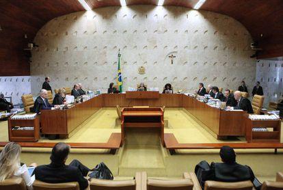 O plenário do STF na sessão desta quarta-feira: ao fundo, um crucifixo.