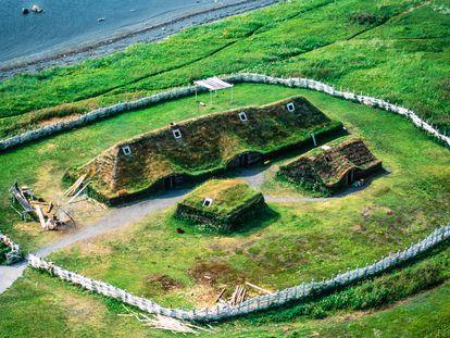 Reconstrução do assentamento viking de L'Anseaux Meadows, no nordeste do Canadá. O sítio arqueológico é Patrimônio da Humanidade.