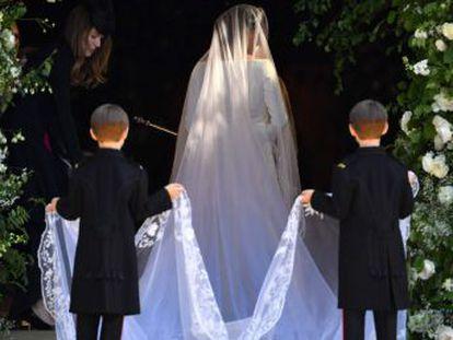 Noiva decidiu caminhar sozinha durante um trecho em direção ao altar, não prometer obediência a seu marido e continuar trabalhando