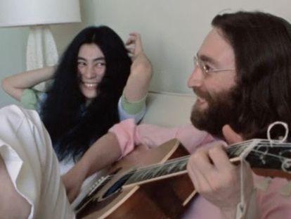Yoko Ono e John Lennon em uma imagem do vídeo da apresentação de 15 de maio de 1969.