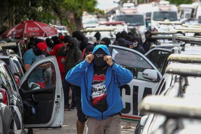 Manifestantes mascarados se concentram em batalhão da PM em Fortaleza, no segundo dia da greve de policiais.