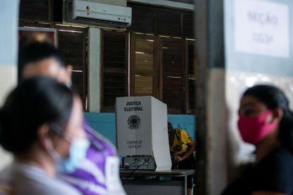 Eleitores votam em Santana,no Amapá, no primeiro turno. Macapá só terá pleito em 6 de dezembro devido ao apagão.