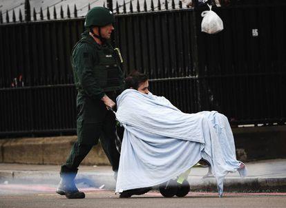 Um militar evacua o jovem português ferido no atentado