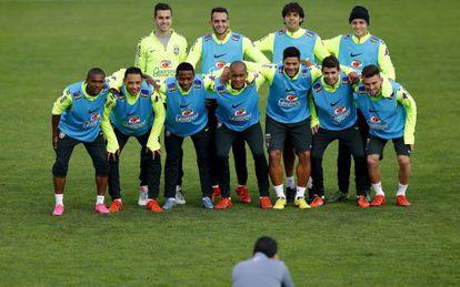 Seleção brasileira posa durante treino para pegar o Chile.